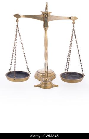 Balance symbole de justice sur fond blanc avec la réflexion Banque D'Images