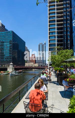 Terrasse du restaurant donnant sur la rivière Chicago avec Monroe Street Bridge derrière et excursion en bateau Banque D'Images