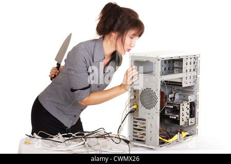 Woman kissing ordinateur avant de le tuer