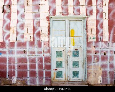 Porte dans un mur avec de nombreux modèles et couleurs dans le vieux Aqaba Jordanie Banque D'Images
