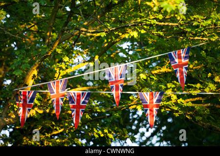 Union Jack flag bunting à street party pour célébrer le Jubilé de diamant de la Reine à Swinbrook dans les Cotswolds, Banque D'Images