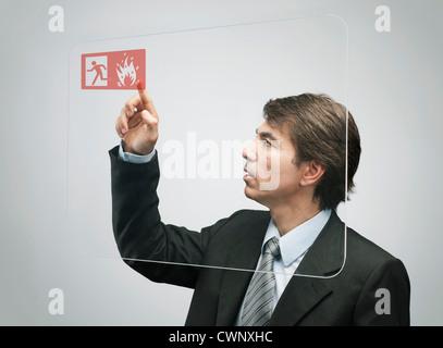 Businessman en utilisant la technologie d'écran tactile avancé Banque D'Images