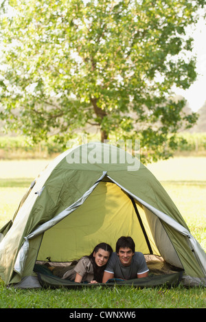 Jeune couple lying together in tent Banque D'Images