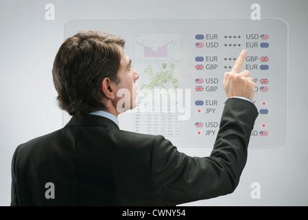 Portrait de la technologie d'écran tactile avancé pour afficher les données de l'entreprise Banque D'Images