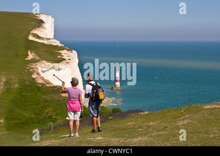 Deux randonneurs sur le South downs way à Beachy Head Banque D'Images