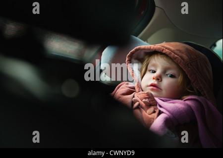Petite fille en siège auto, portrait