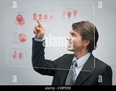 Portrait de la technologie d'écran tactile avancé pour afficher les données de vente Banque D'Images