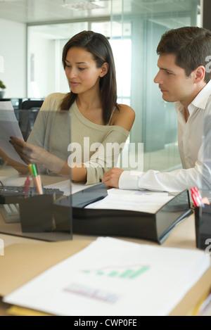 Les associés travaillent ensemble dans office Banque D'Images