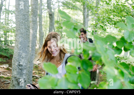 Jeune couple hiking in woods Banque D'Images