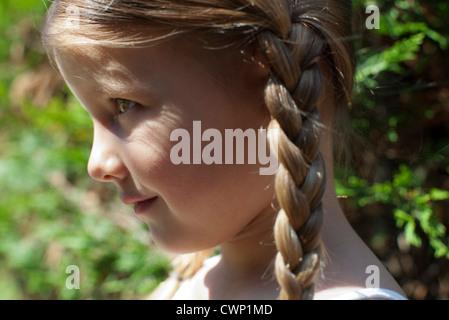 Petite fille aux tresses, profile Banque D'Images