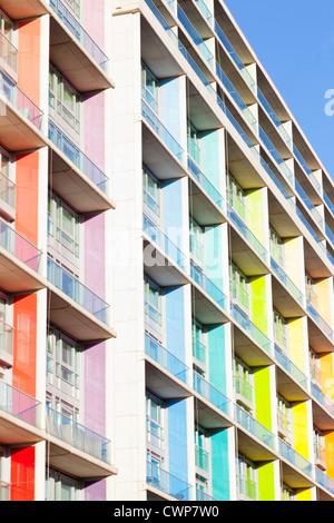 Des tours d'appartements. Un bloc d'appartement moderne et coloré à Nottingham, Angleterre, Royaume-Uni Banque D'Images