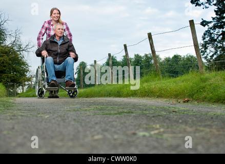 Woman père en fauteuil roulant Banque D'Images