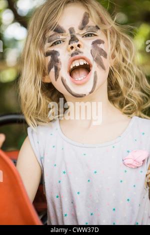 Girl wearing face paint en plein air Banque D'Images