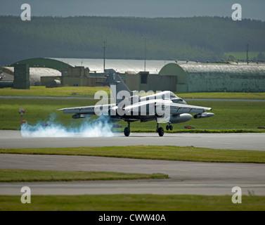 Panavia Tornado Gr4 de la RAF au toucher des roues à Lossiemouth Air Base, Moray, région de Grampian. L'Écosse. Banque D'Images