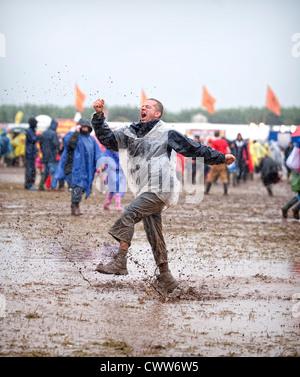 Musique fan de danser dans la boue devant la scène principale pour T In The Park Festival au Balado le 8 juillet 2012 à Kinross