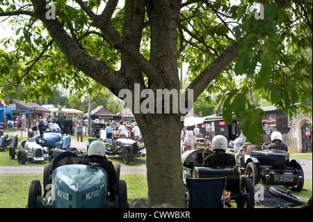 Concurrents dans leurs automobiles prêtes à monter la colline à Prescott, Gloucestershire, Angleterre, Royaume-Uni. Banque D'Images