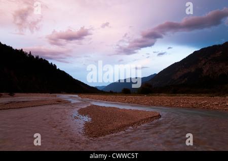 Rivière qui traverse la vallée de montagne Banque D'Images