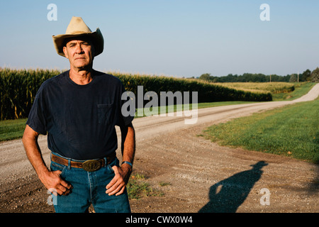 Farmer standing on beach Banque D'Images