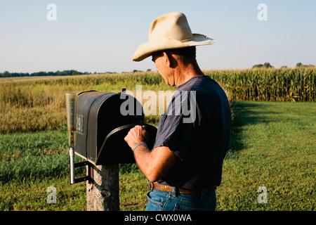 Contrôle de l'agriculteur mail box in rural field Banque D'Images
