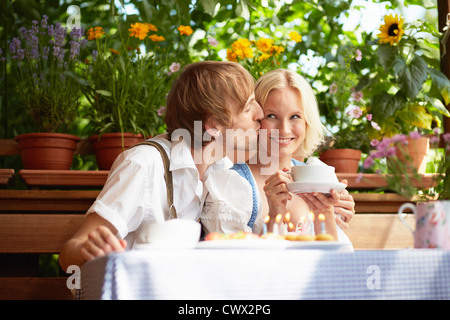 Couple eating together outdoors Banque D'Images