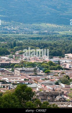 Vue aérienne paysage urbain, toits de Antigua, Guatemala, à partir de la croix sur la colline du parc, site du patrimoine mondial de l'UNESCO, l'Amérique centrale.