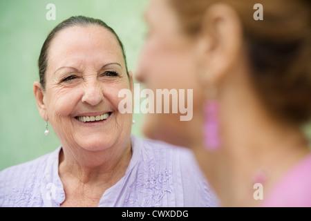 Les personnes âgées à la retraite et les activités de loisirs, senior woman in city park Banque D'Images
