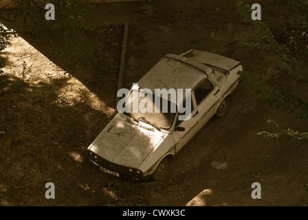 """La mort de la belle américaine au. Une vieille Dacia pourrit lentement oublié loin dans son """"cimetière"""" à la suite Banque D'Images"""