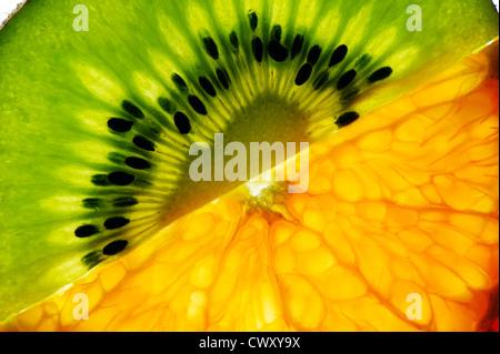 De fines tranches de kiwi et mandarine, isolé sur fond blanc Banque D'Images