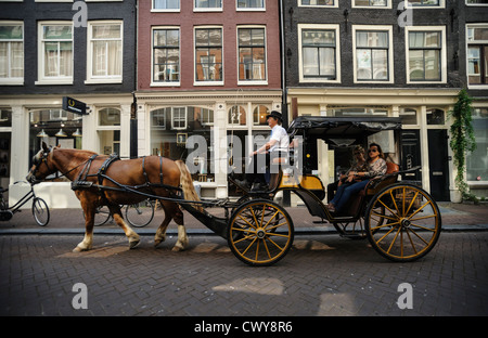 Calèche sur rue pavée, Amsterdam, Pays-Bas Banque D'Images