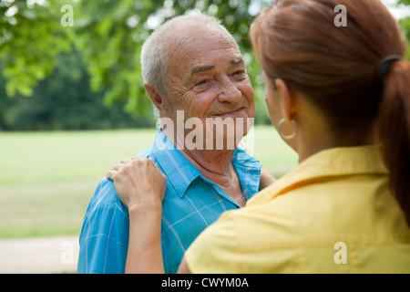 Femme avec old man in park Banque D'Images