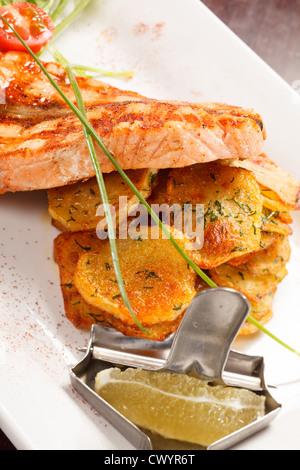 Pavé de saumon avec pommes de terre Banque D'Images