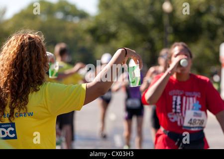 Pour offrir de l'eau bénévolat Marathon runners - USA Banque D'Images