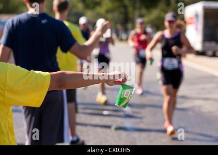 Offrir de l'eau bénévolat Marathon à glissières Banque D'Images