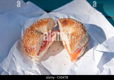 Un bagel avec graines de sésame (LOX) saumon fumé, fromage à la crème, l'oignon et la tomate, assis sur un arbre, à partir du printemps de l'enrubanneuse bagels à Englewood (New Jersey).