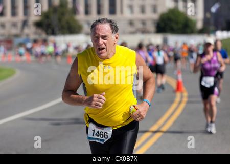 Homme d'âge moyen s'exécutant dans un marathon Banque D'Images