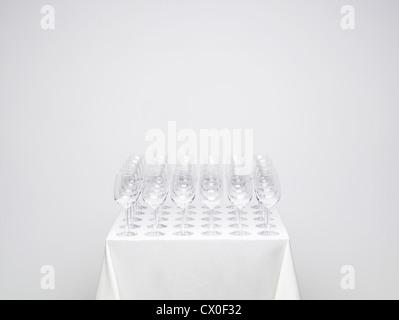 Rangées de verres de vin vide sur une table. Photo similaire disponible avec un verre plein. Banque D'Images
