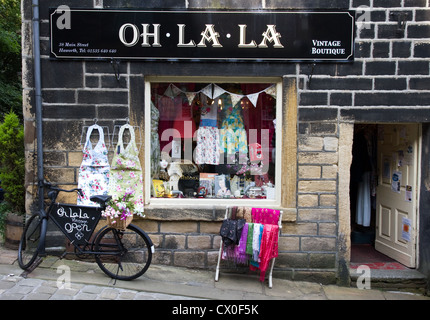 Oh la la la mode vintage  + vos accessoires de boutique, Main Street, Haworth, West Yorkshire, England, UK Banque D'Images