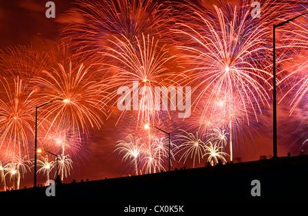 Les gens regardent Quatrième de juillet Fireworks depuis viaduc surélevé. Banque D'Images