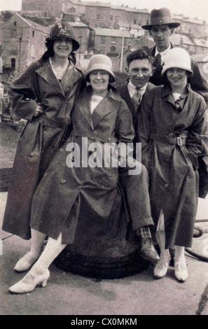 Un groupe d'amis habillés pour les britanniques de l'été au bord de la mer dans les années 1920, England, UK Banque D'Images