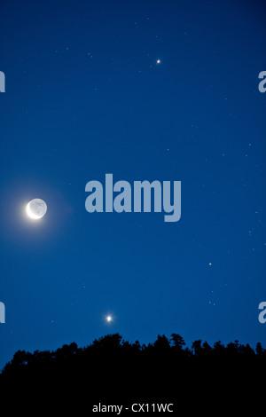 La Lune et les étoiles dans le ciel Banque D'Images