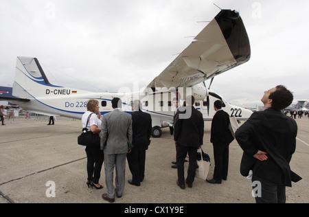 L'agence ITAR-TASS: PARIS, FRANCE. Le 21 juin 2011. Dornier 228 avions régionaux sur l'affichage à la 2011 International Banque D'Images