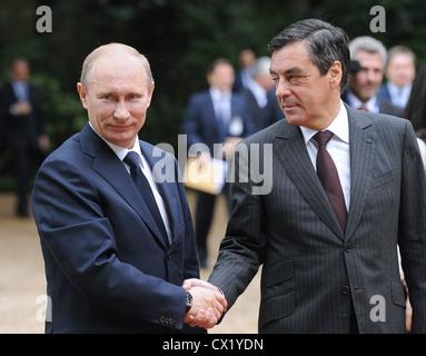 L'agence ITAR-TASS: PARIS, FRANCE. Le 21 juin. 2011. Le Premier ministre Vladimir Poutine (G) et le Premier ministre Banque D'Images