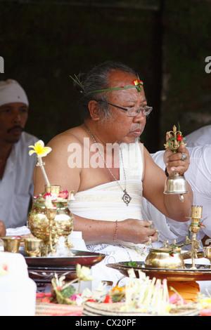 Un prêtre Brahmane hindou avec cérémonie. Pura Tirta Empul, ou du Temple de la Sainte,Tampaksiring, près de Ubud, Banque D'Images