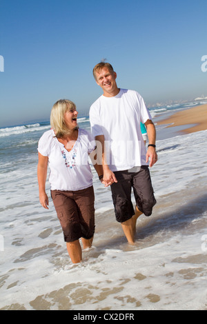 Happy cheerful woman walking on beach Banque D'Images