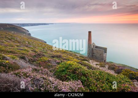 Coucher de soleil sur Towanroath Engine House, qui fait partie d'une papule Coates tin mine sur la côte de Cornouailles Banque D'Images