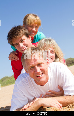 Happy Family lying on beach Banque D'Images