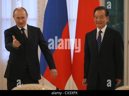 L'agence ITAR-TASS: St Petersburg, RUSSIE. 23 novembre 2010. Le premier ministre russe Vladimir Poutine (G) et le président du conseil d'Etat chinois, Wen Jiabao, peu avant les négociations russo-chinoise. (Photo l'agence ITAR-TASS/ Yuri Belinsky) . -. 23 . - - . -/