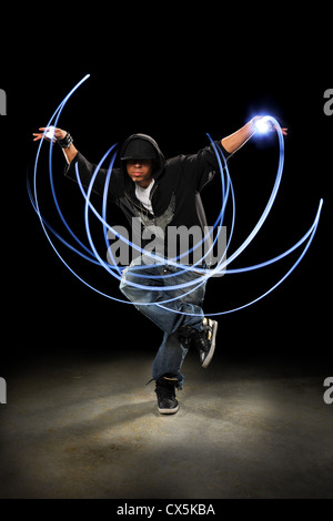 African American hip hop dancer performing avec light painting Banque D'Images