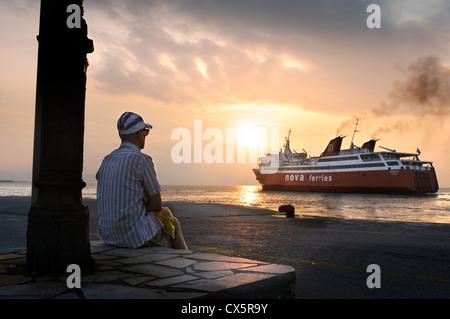 Un Grec Nova Ferries passagers laissant Égine pour le port du Pirée à Athènes, Grèce