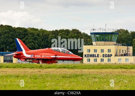 Hawk RAF Flèches rouges de l'équipe d'avion sur la piste en passant le Kemble EGBP tour de contrôle. JMH6105 Banque D'Images
